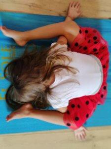 El Sole - kinderyoga oefening de liggende schildpad